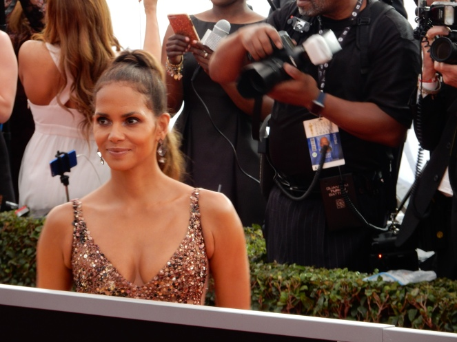 Halle Berry, fashion blogger, style blogger, sarah in style, Sarah Meyer, SAG Awards, Screen Actors Guild, SAG Red Carpet, SAG Afterparty, SAG red carpet experience, SAG bleachers, Awards season, celebrity fashion, best dressed, E red carpet, People style, best of the SAG Awards
